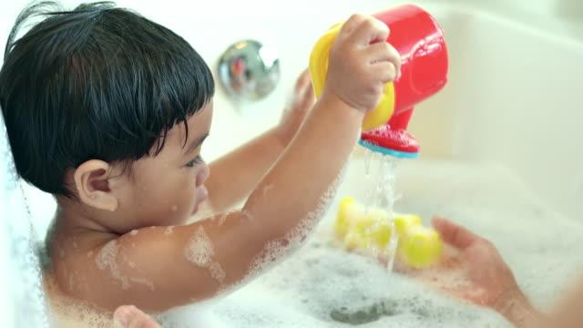 母親と赤ちゃんをお風呂に - バス点の映像素材/bロール