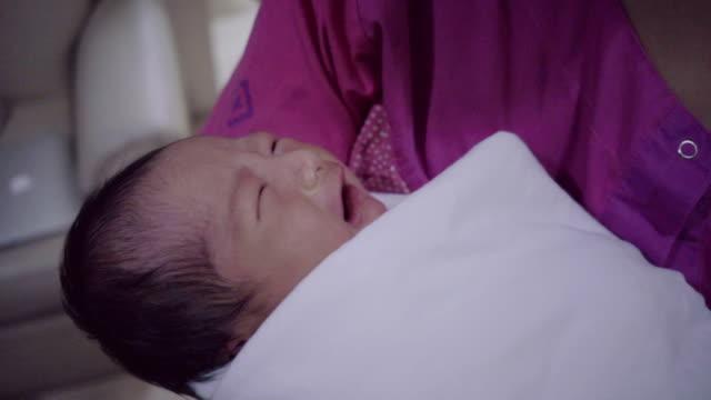 vídeos y material grabado en eventos de stock de madre y bebé  - nuevo bebé