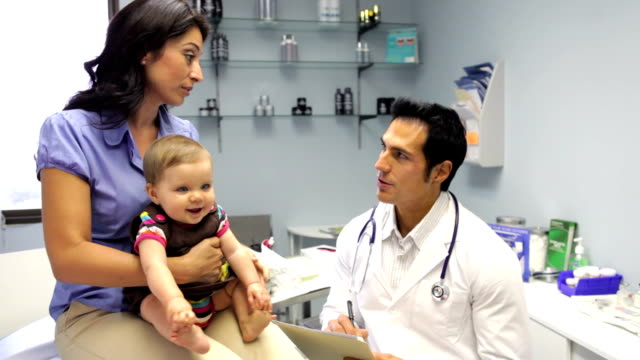 Mutter mit Baby Besuch Doctor's Office – Video