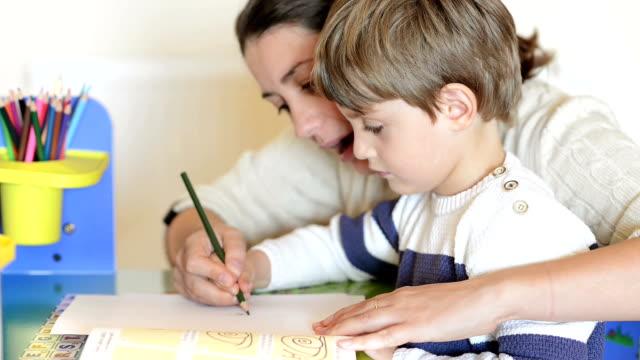 vidéos et rushes de mère et l'enfant ayant des temps de homeschooling - enfant d'âge pré scolaire
