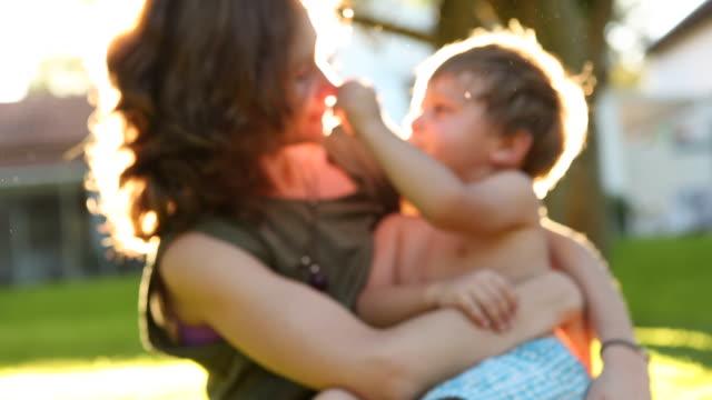 мать и ребенок на открытом воздухе - vitamin d стоковые видео и кадры b-roll