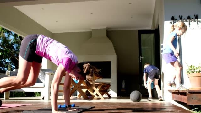 mutter und kinder beim gemeinsamen training zu hause - entspannungsübung stock-videos und b-roll-filmmaterial