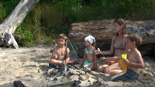Mère et enfants manger des marshmallows - Vidéo