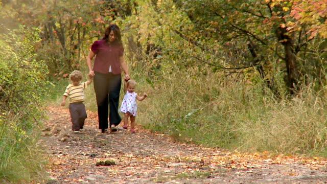 madre e bambini (parte 1 di 2 - viaggio d'istruzione video stock e b–roll