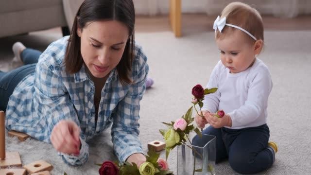 vídeos de stock e filmes b-roll de mother and daughter arranging flowers in vase - arranjo