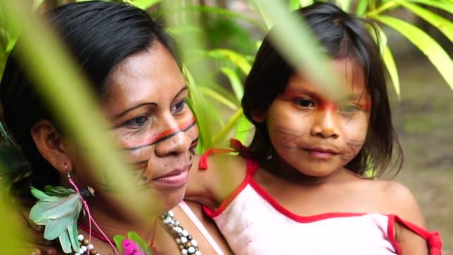 mutter und tochter bei einem einheimischen stamm im amazonas - stamm stock-videos und b-roll-filmmaterial