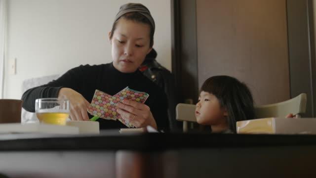 vidéos et rushes de mère et fille à la maison. - seulement des japonais