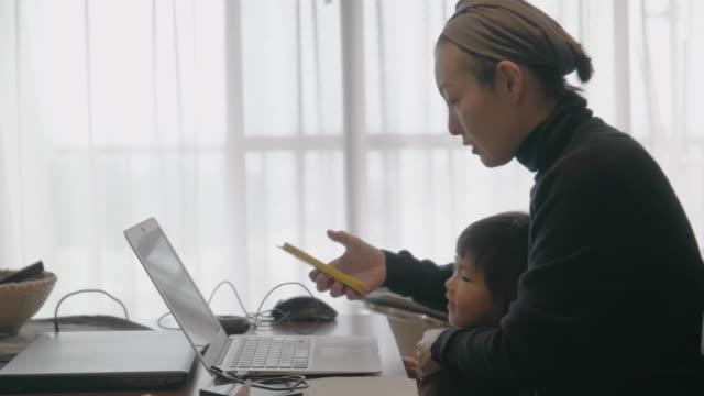 家で母と娘。 - テレワーク点の映像素材/bロール