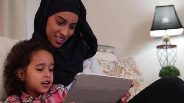 matka i córka w domu - islam filmów i materiałów b-roll