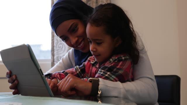 vídeos y material grabado en eventos de stock de madre e hija en casa - islam