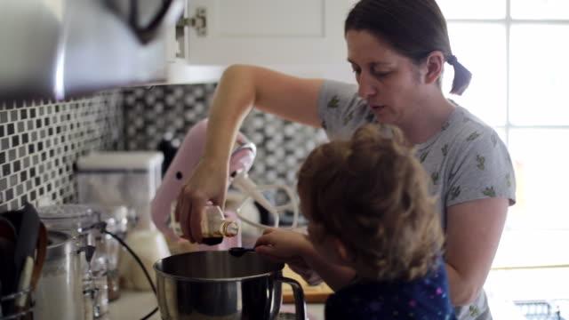 vídeos de stock e filmes b-roll de mother and daughter baking during quarantine - baking bread at home