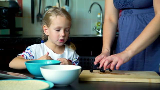 母と台所で娘切削オリーブ - 自家製点の映像素材/bロール