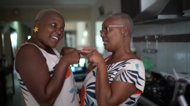 madre e figlia ballano a casa - anziani attivi video stock e b–roll