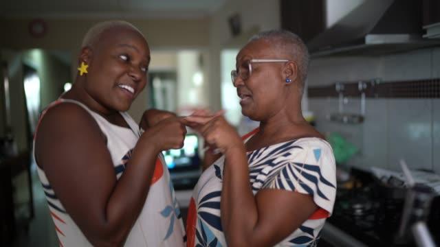 mother and daughter dancing at home - krótkie włosy filmów i materiałów b-roll