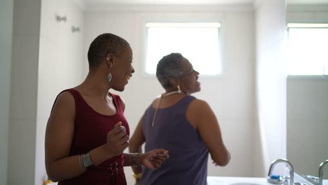 浴室で踊る母と娘 - disruptagingcollection点の映像素材/bロール