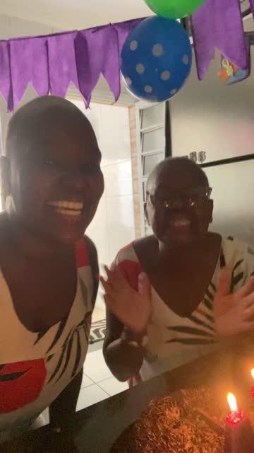 vidéos et rushes de mère et descendant faisant un appel vidéo à la partie de distance d'anniversaire - pov de la caméra mobile - prise avec un appareil mobile