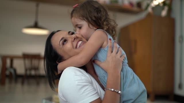 집에서 포옹 하는 어머니와 딸 - 유아 스톡 비디오 및 b-롤 화면