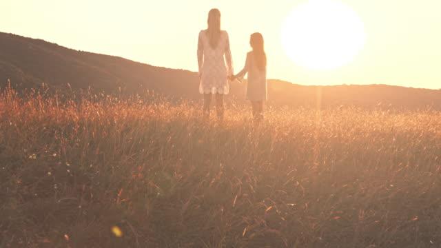 母と娘の夕日をお楽しみいただけます ビデオ