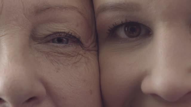 stockvideo's en b-roll-footage met moeder en dochter, gezicht close-up, generaties, look alikes, gelukkige familie - alleenstaande moeder