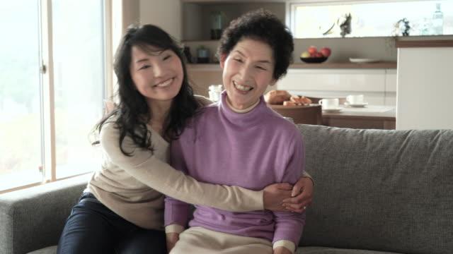 母と娘は、ご自宅でのようなひととき ビデオ