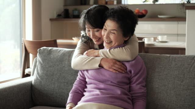 母と娘は、ご自宅でのようなひととき - 母娘 笑顔 日本人点の映像素材/bロール
