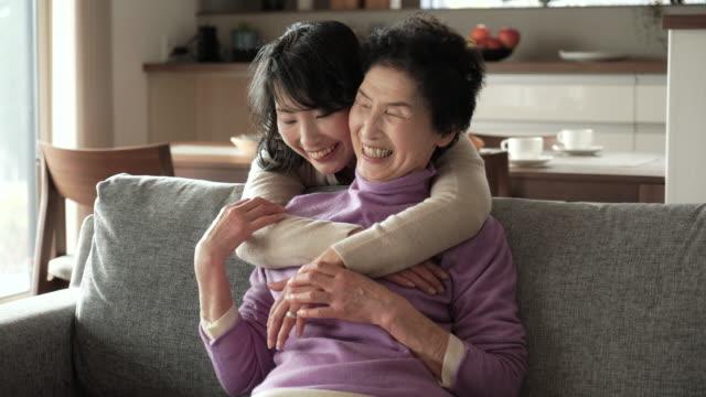 Madre e hija felices tienen un momento juntos en casa - vídeo