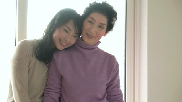 母と娘は、ご自宅でのようなひととき - 娘点の映像素材/bロール
