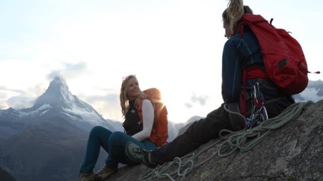 stockvideo's en b-roll-footage met moeder en dochter hebben discussie aan einde van de klim, matterhorn verre - zermatt