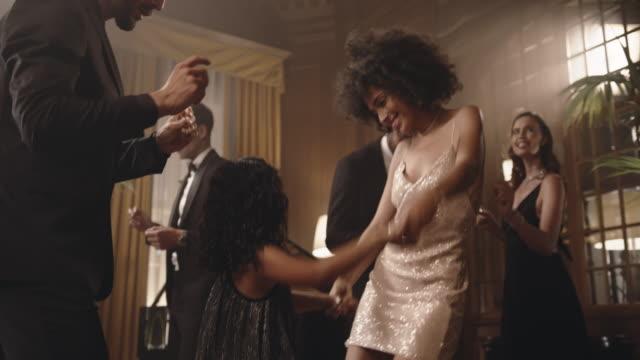 vídeos de stock e filmes b-roll de mother and daughter having fun at gala party - glamour