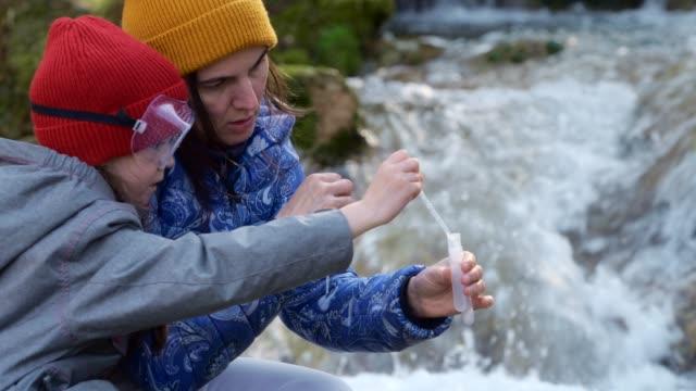 mutter und tochter haben spaß beim lernen - wassersparen stock-videos und b-roll-filmmaterial