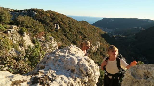 vídeos de stock e filmes b-roll de mother and daughter hiking in mediterranean hills - 20 24 anos