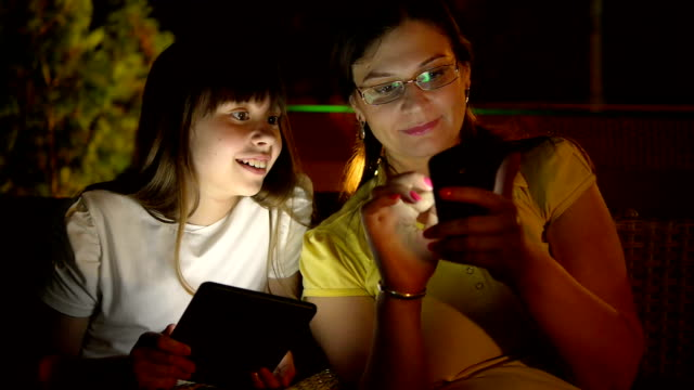 mother and daughter in a cafe - enbarnsfamilj bildbanksvideor och videomaterial från bakom kulisserna
