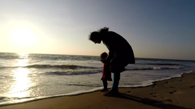 mor och dotter i beach - enbarnsfamilj bildbanksvideor och videomaterial från bakom kulisserna