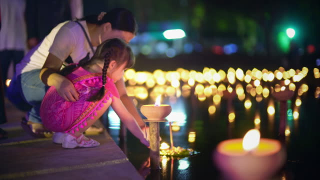 mother and daughter in loi krathong traditional festival - lanterna attrezzatura per illuminazione video stock e b–roll