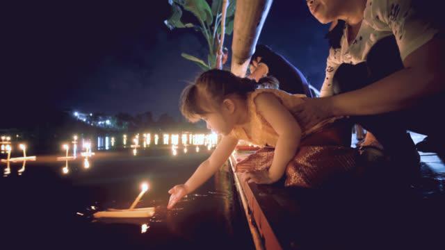 엄마와 딸으로이 끄라통 전통 축제에 타이어 드레스 - 문화 스톡 비디오 및 b-롤 화면