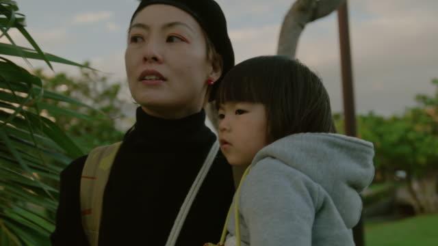母と娘の公園です。 - 娘点の映像素材/bロール
