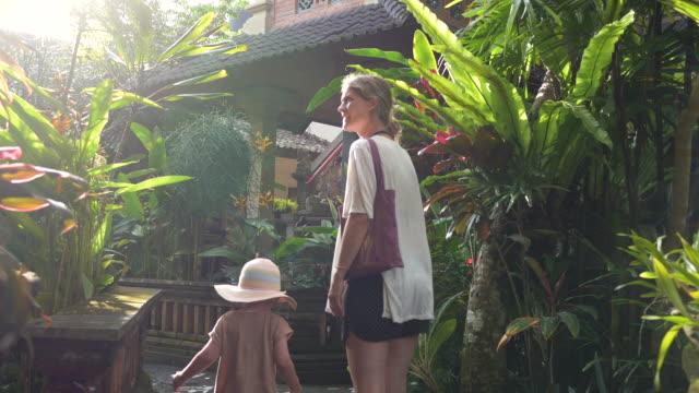 mor och dotter i ubud - dansk kultur bildbanksvideor och videomaterial från bakom kulisserna