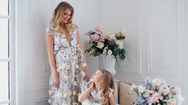 mère et fille regardant les uns les autres - Vidéo