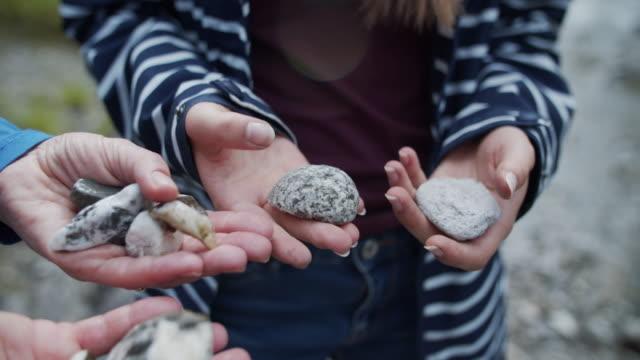 мать и дочь смотрят на камни - камень стоковые видео и кадры b-roll