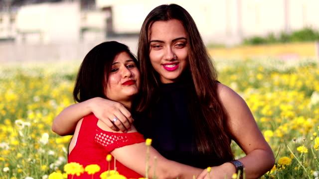 stockvideo's en b-roll-footage met moeder en dochter liefdevolle portret - alleenstaande moeder