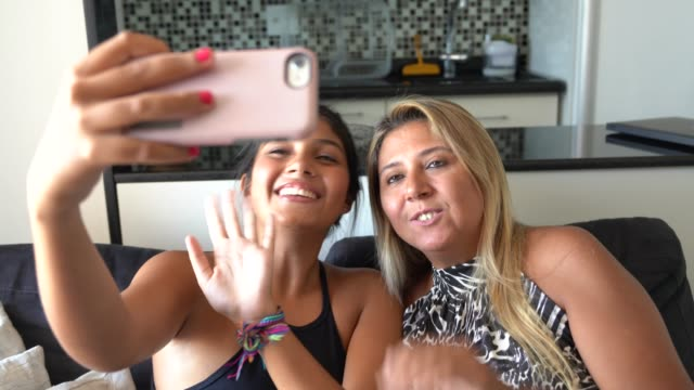 vídeos de stock e filmes b-roll de mother and daughter making a video chat on mobile - mensagens online