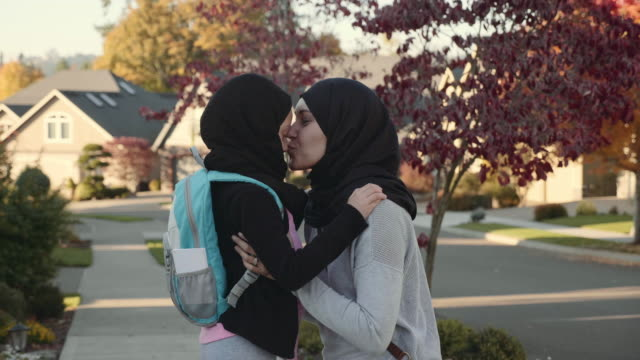 4k uhd: mother and daughter of middle eastern descent  embracing - islam filmów i materiałów b-roll