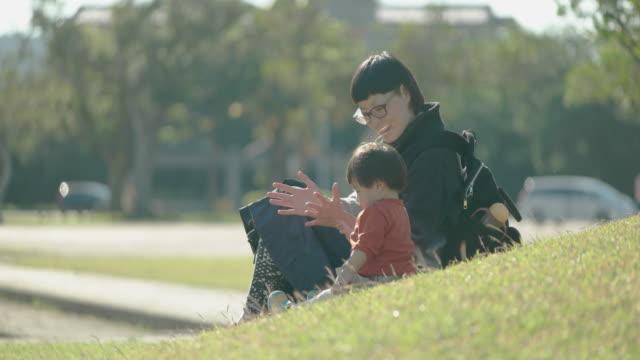 母と娘の公園で遊ぶます。 - 家族 日本人点の映像素材/bロール