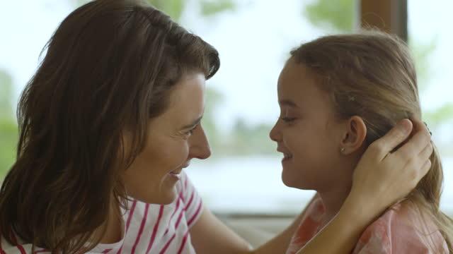 stockvideo's en b-roll-footage met het spelen van de moeder en van de dochter op bank - kleine scherptediepte