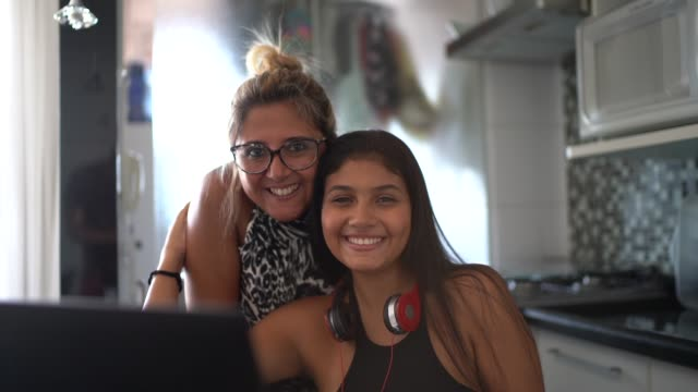 mor och dotter porträtt hemma - latino music bildbanksvideor och videomaterial från bakom kulisserna