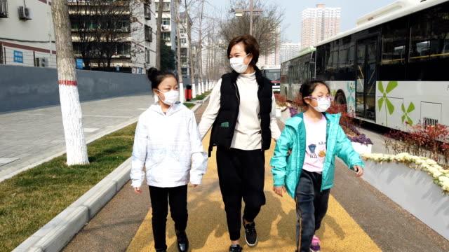 anne ve kızı maskeleri ile coronavirus kendinizi korumak - maske stok videoları ve detay görüntü çekimi