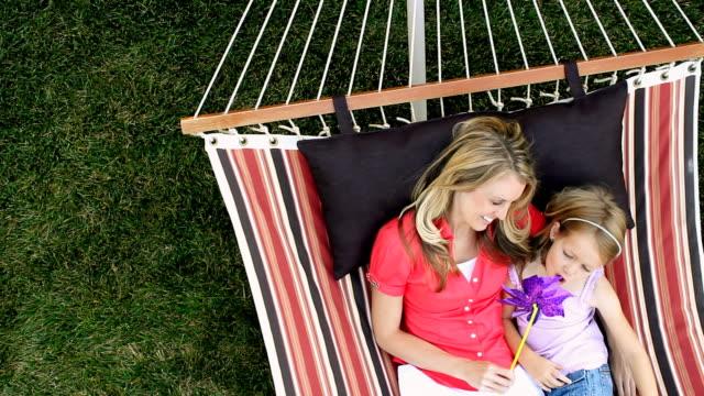 madre e figlia rilassante in un'amaca - amaca video stock e b–roll