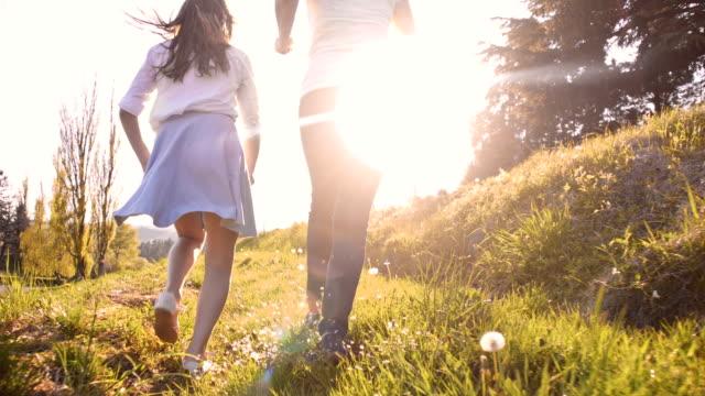 SLO, dans le Missouri, mère et fille dans l'herbe - Vidéo