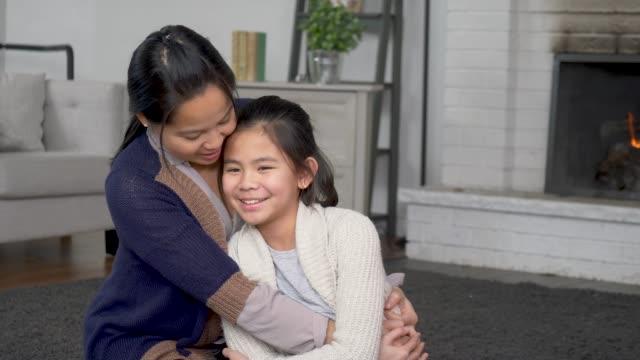 mother and daughter snuggling - fare il solletico video stock e b–roll