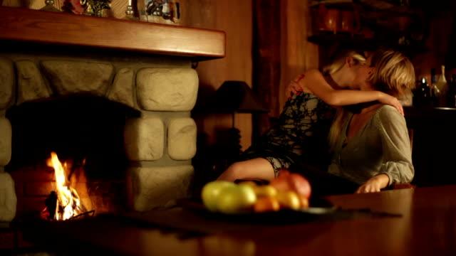 сиськастая блондинка у камина девочки